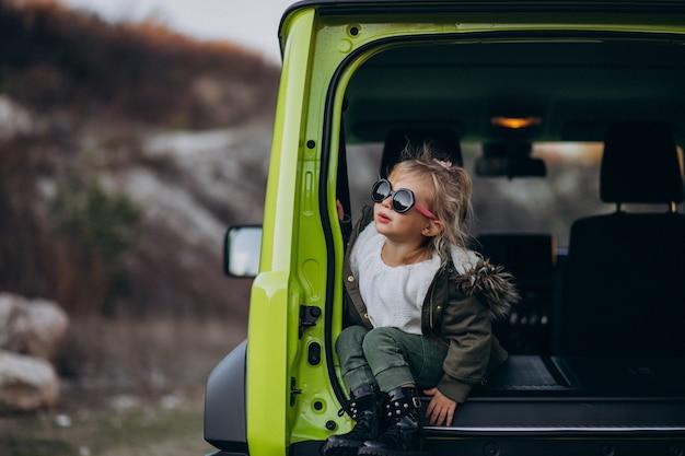 Маленькая милая девочка сидит в задней части автомобиля Бесплатные Фотографии