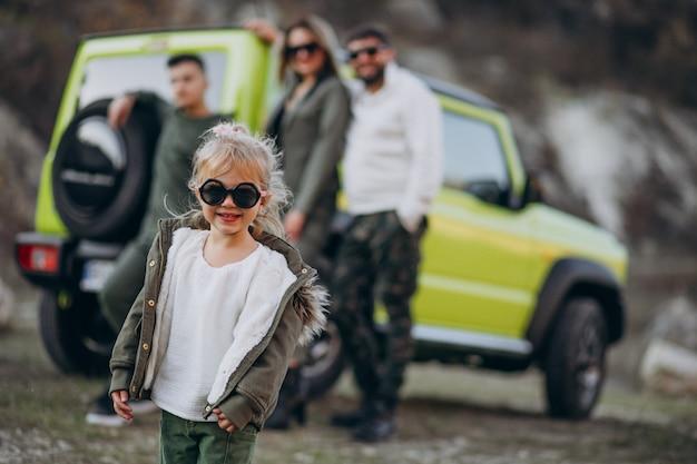 車で旅行し、公園で散歩を停止した若い現代家族 無料写真