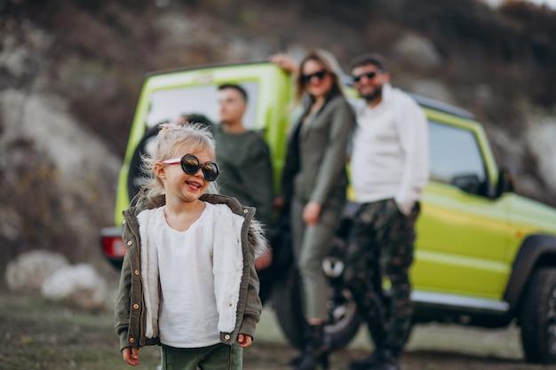 Молодая современная семья путешествует на машине и остановилась на прогулке в парке Бесплатные Фотографии