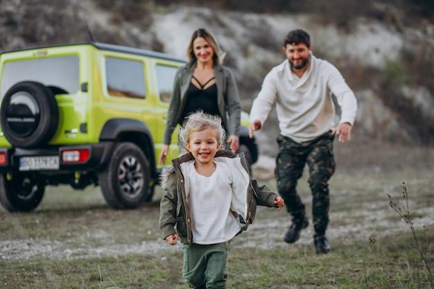 森で停止した小さな娘と若い家族 無料写真