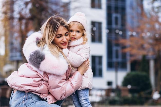 Мать с маленькой дочкой на улице в теплой одежде Бесплатные Фотографии