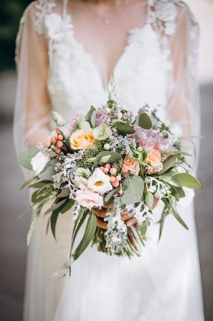 Невеста держит свой букет в день своей свадьбы Бесплатные Фотографии