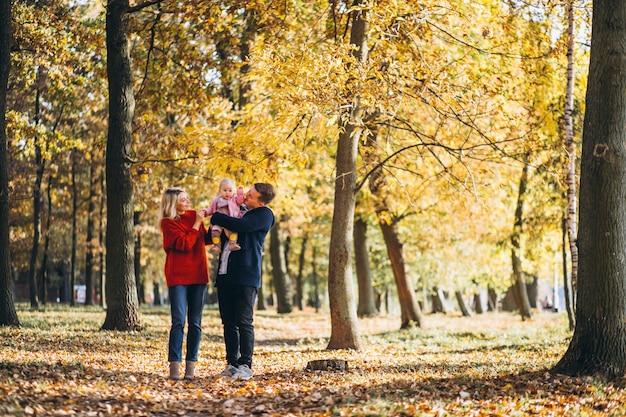 Семья с дочерью гуляет в осеннем парке Бесплатные Фотографии