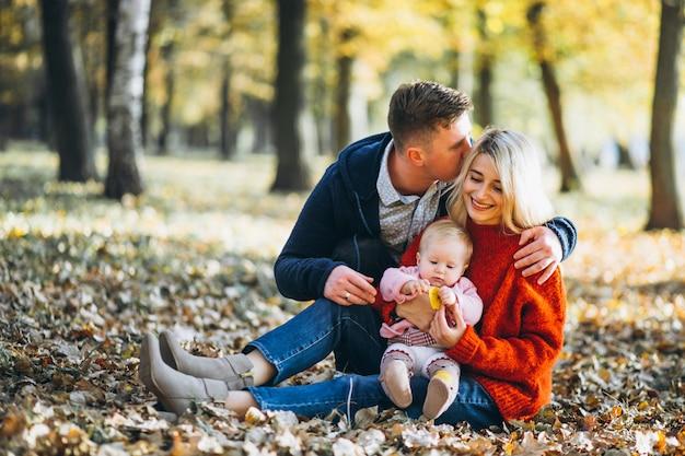 Семья с дочерью в осеннем парке Бесплатные Фотографии