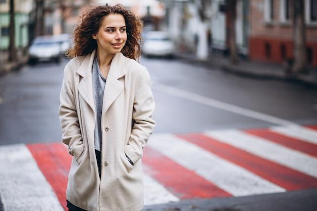 横断歩道で若いきれいな女性 無料写真