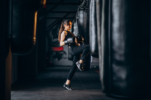若い女性ボクサー、ジムでトレーニング 無料写真