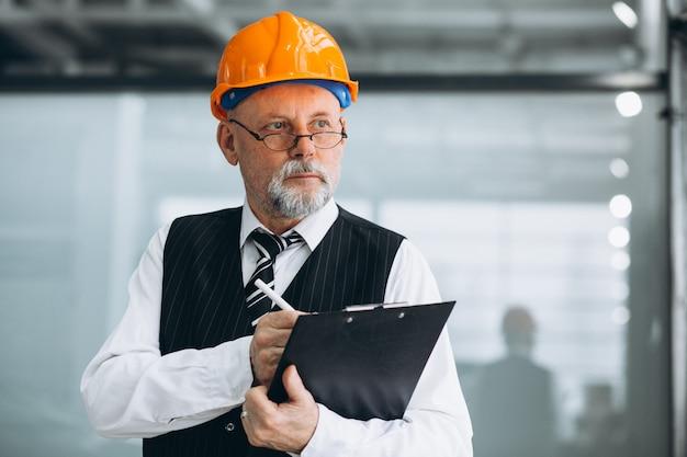 Старший бизнесмен архитектор в каске Бесплатные Фотографии