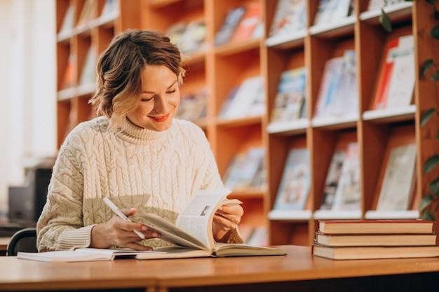図書館で読書する若い女性 無料写真