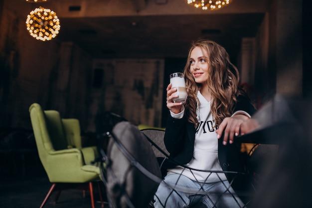 カフェの中の椅子に座っている若い女性 無料写真
