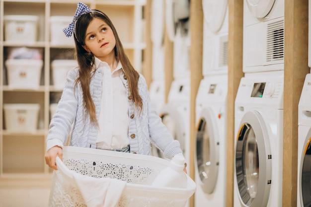 Милая маленькая девочка держит корзину для белья Бесплатные Фотографии