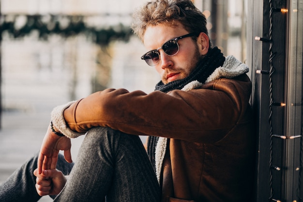 若いハンサムなひげを生やした男の肖像 無料写真