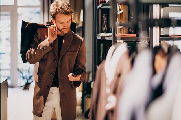 Молодой красавец, выбирая ткань в магазине Бесплатные Фотографии