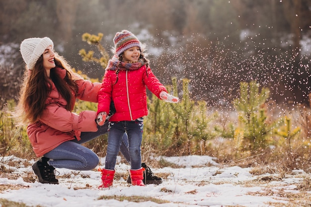 Мать с маленькой дочерью в зимнем лесу Бесплатные Фотографии