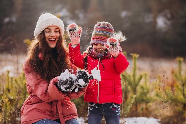 冬の森の小さな娘を持つ母 無料写真
