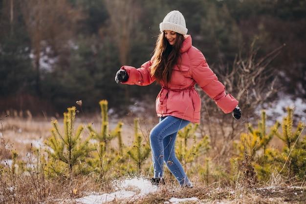 Молодая женщина в зимнем парке счастливым Бесплатные Фотографии