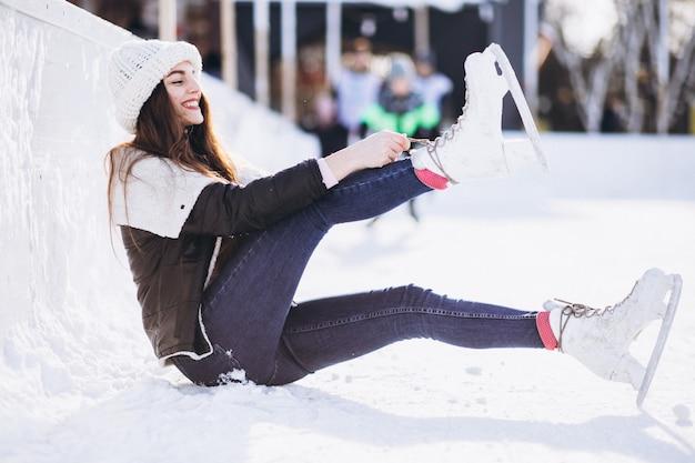 Молодая женщина на коньках на катке в центре города Бесплатные Фотографии