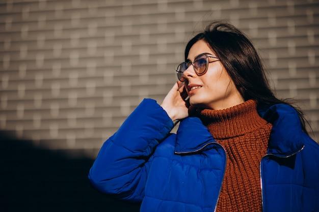 青い冬のジャケットの若い魅力的な女性 無料写真