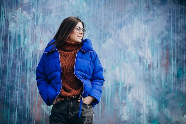 Молодая привлекательная женщина в синей зимней куртке Бесплатные Фотографии