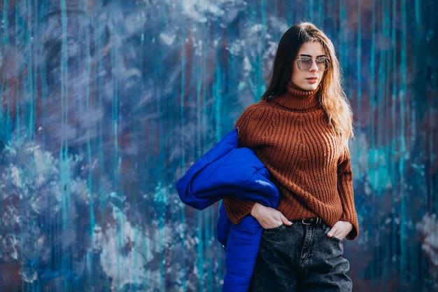 Модель молодой женщины в синей зимней куртке Бесплатные Фотографии