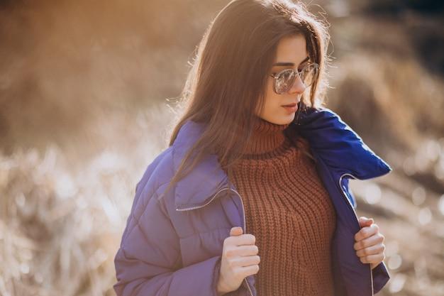 Молодая женщина в синем пиджаке снаружи в парке Бесплатные Фотографии