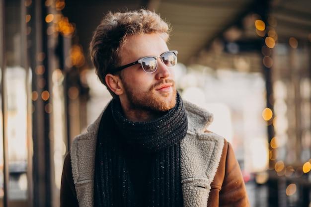 冬服で若いハンサムな男の肖像画 無料写真
