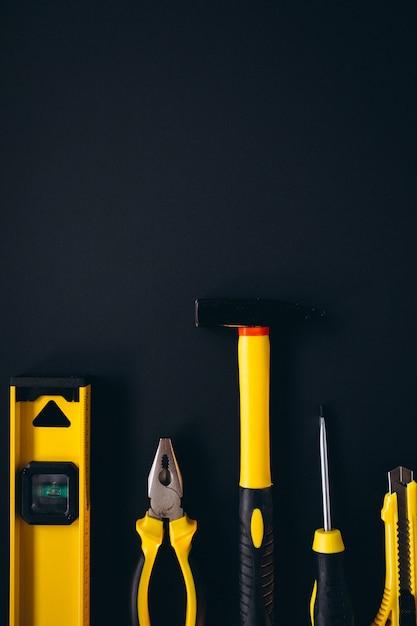 Желтый набор инструментов на черном фоне Бесплатные Фотографии