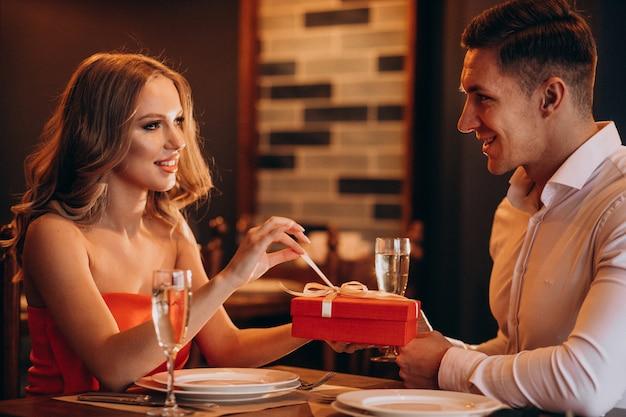 レストランでバレンタインの日に一緒にカップル 無料写真