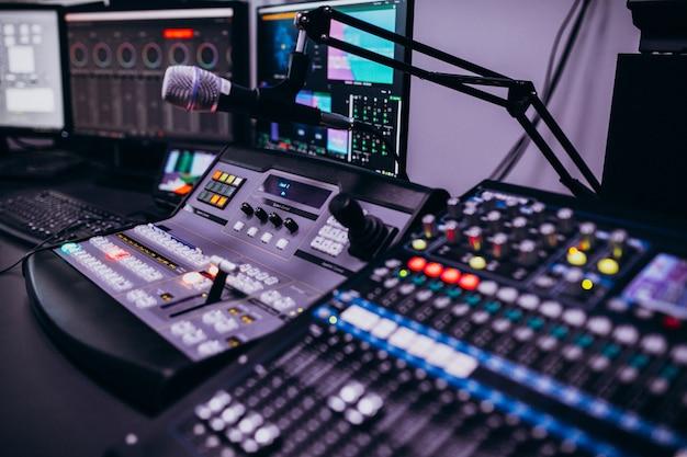 Оборудование в пустой комнате музыкальной записи Бесплатные Фотографии