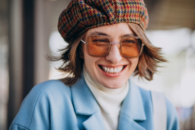 Портрет молодой женщины в солнцезащитных очках и шляпе Бесплатные Фотографии