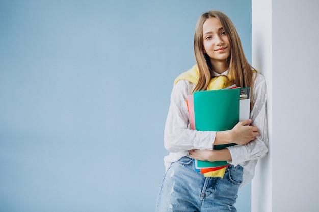 Студент девушка, стоя с красочными папками Бесплатные Фотографии