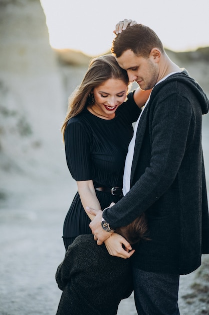公園、愛の物語で一緒に若いカップル 無料写真