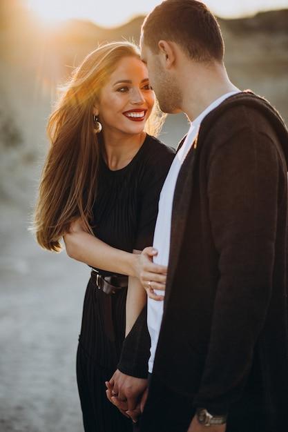 Молодая пара вместе в парке, история любви Бесплатные Фотографии