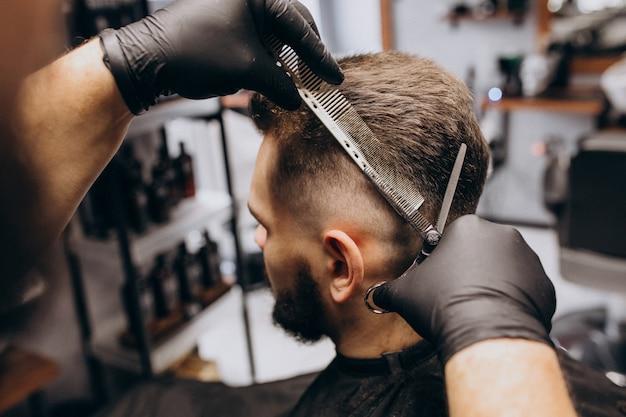 理髪店のサロンで散髪をしているクライアント 無料写真