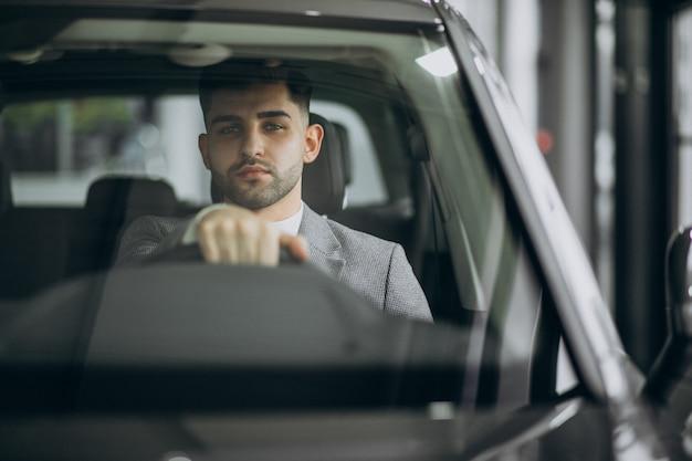 車で運転するハンサムな実業家 無料写真