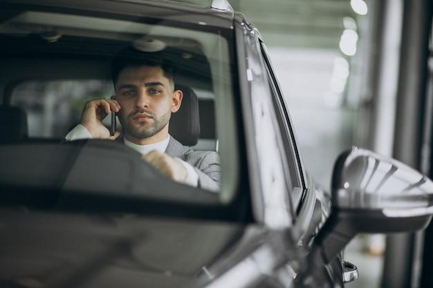 Красивый деловой человек за рулем в машине Бесплатные Фотографии