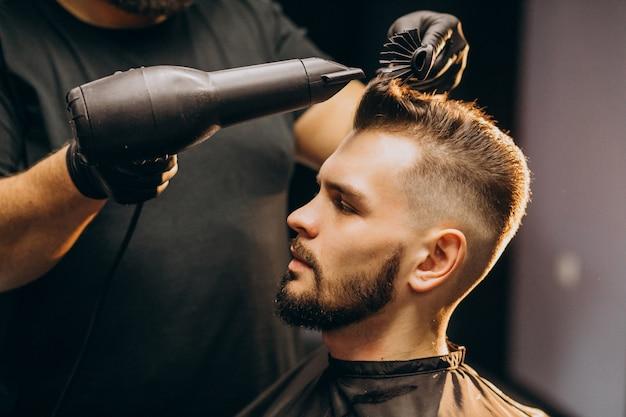 Красивый мужчина в парикмахерской укладки волос Бесплатные Фотографии