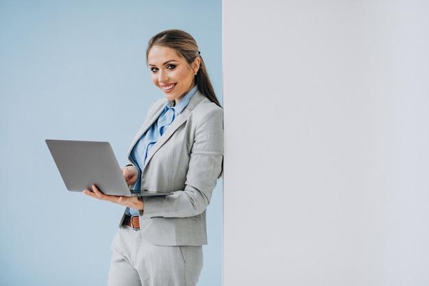 分離されたオフィスに立っている若いビジネス女性 無料写真
