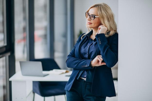 オフィスで美しいビジネス女性 無料写真
