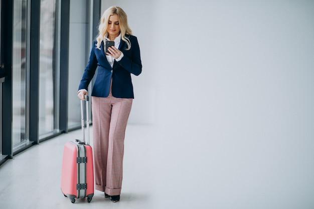 ビジネスで旅行する若いビジネス女性 無料写真