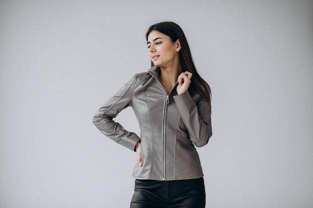 Модель молодой женщины в серой кожаной куртке Бесплатные Фотографии