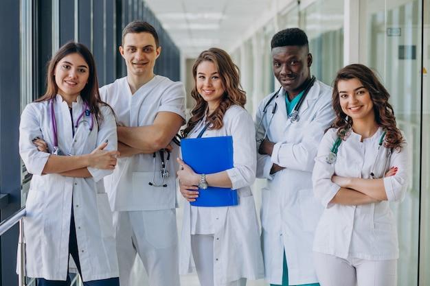 病院の廊下に立っている若い専門医師のチーム 無料写真