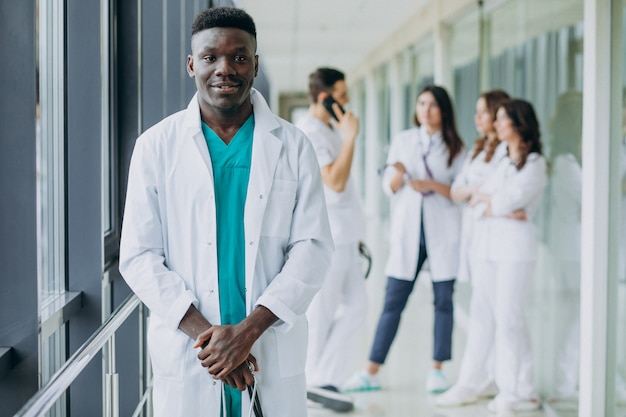 Афро-американский врач мужчина стоял в коридоре больницы Бесплатные Фотографии