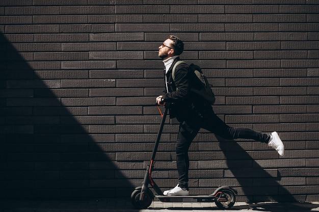スクーターで町に乗ってハンサムな男 無料写真