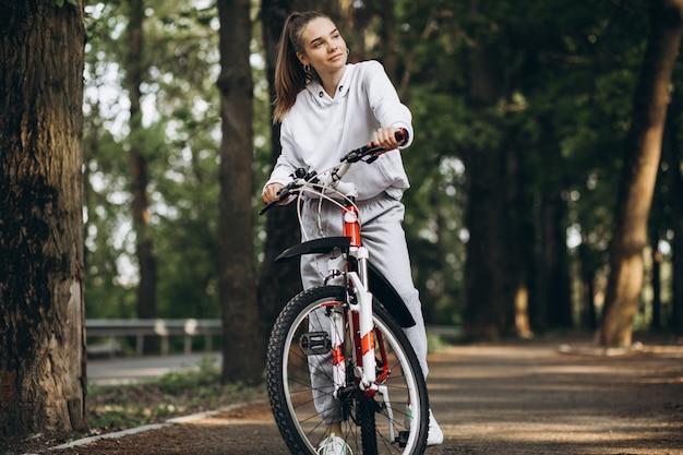公園で若いスポーティな女性乗馬自転車 無料写真