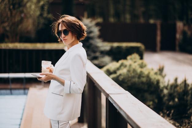 Деловая женщина в белом костюме на открытом воздухе Бесплатные Фотографии