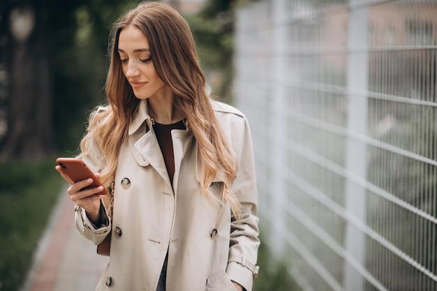 屋外の電話と美しい女性 無料写真