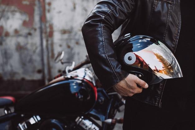 Байкер красавец, путешествуя на мотоцикле Бесплатные Фотографии