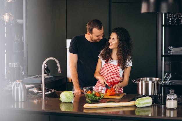若いカップルが一緒にキッチンで料理 無料写真