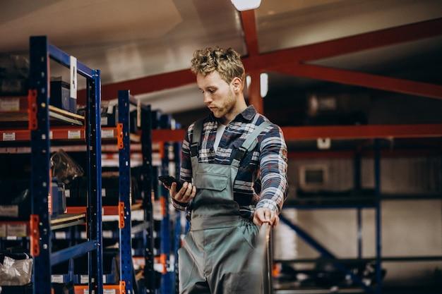段ボール工場で働いていた男性 無料写真