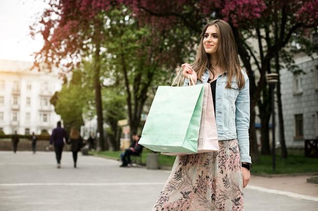 秋の買い物客ショッピングを笑う顧客の公園 無料写真